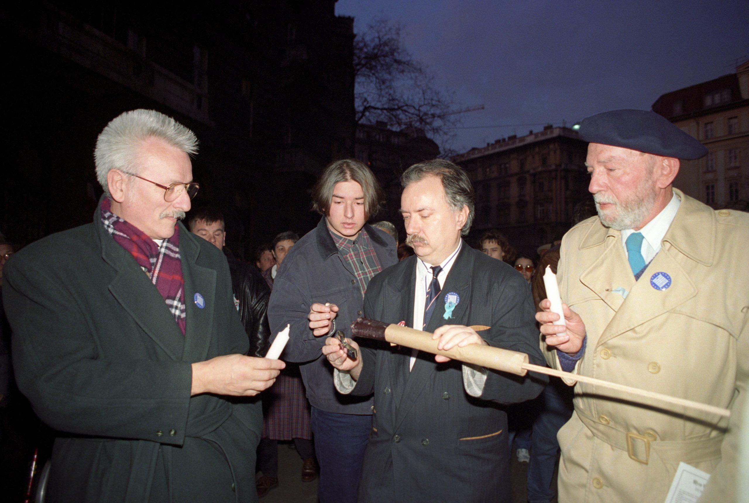 Veér András az OPNI fõigazgatója és Farkasházy Tivadar újságíró a résztvevõk között, a Petõfi szobornál a Demokratikus Charta tüntetésén / Fotó: MTI