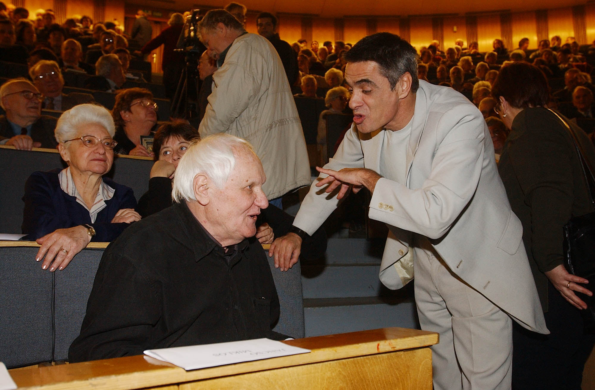 Az Otthont Magyarországból Összefogás ideiglenes szervezõ bizottsága országértékelõ tanácskozást tartott 2002-ben, a képen Jancsó Miklós rendező és Kende Péter / Fotó: MTI