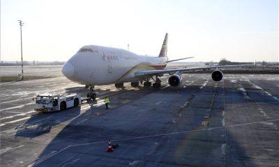 Budapest, 2020. március 24. A Suparna Airlines Kínából érkezett repülőgépe, fedélzetén orvosi védőeszközökkel a Liszt Ferenc-repülőtéren 2020. március 24-én. A gép több mint 3 millió maszkot, 100 ezer koronavírus-tesztet és 86 lélegeztetőgépet hozott. MTI/Kovács Tamás