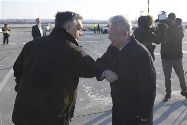 Szöveg: Budapest, 2020. március 24. Orbán Viktor miniszterelnök (b) és Tuan Csie-lung kínai nagykövet a Liszt Ferenc-repülőtéren, ahová megérkezett a Suparna Airlines Kínából érkezett repülőgépe, fedélzetén orvosi védőeszközökkel 2020. március 24-én. A gép több mint 3 millió maszkot, 100 ezer koronavírus-tesztet és 86 lélegeztetőgépet hozott. MTI/Kovács Tamás