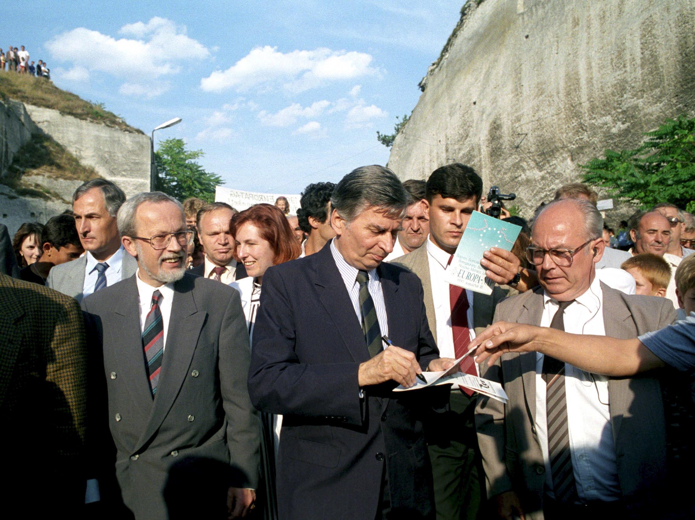 Antall József miniszterelnök (k) autogramot oszt az Európa-nap elnevezésû rendezvényen Fertőrákoson / Fotó: MTI