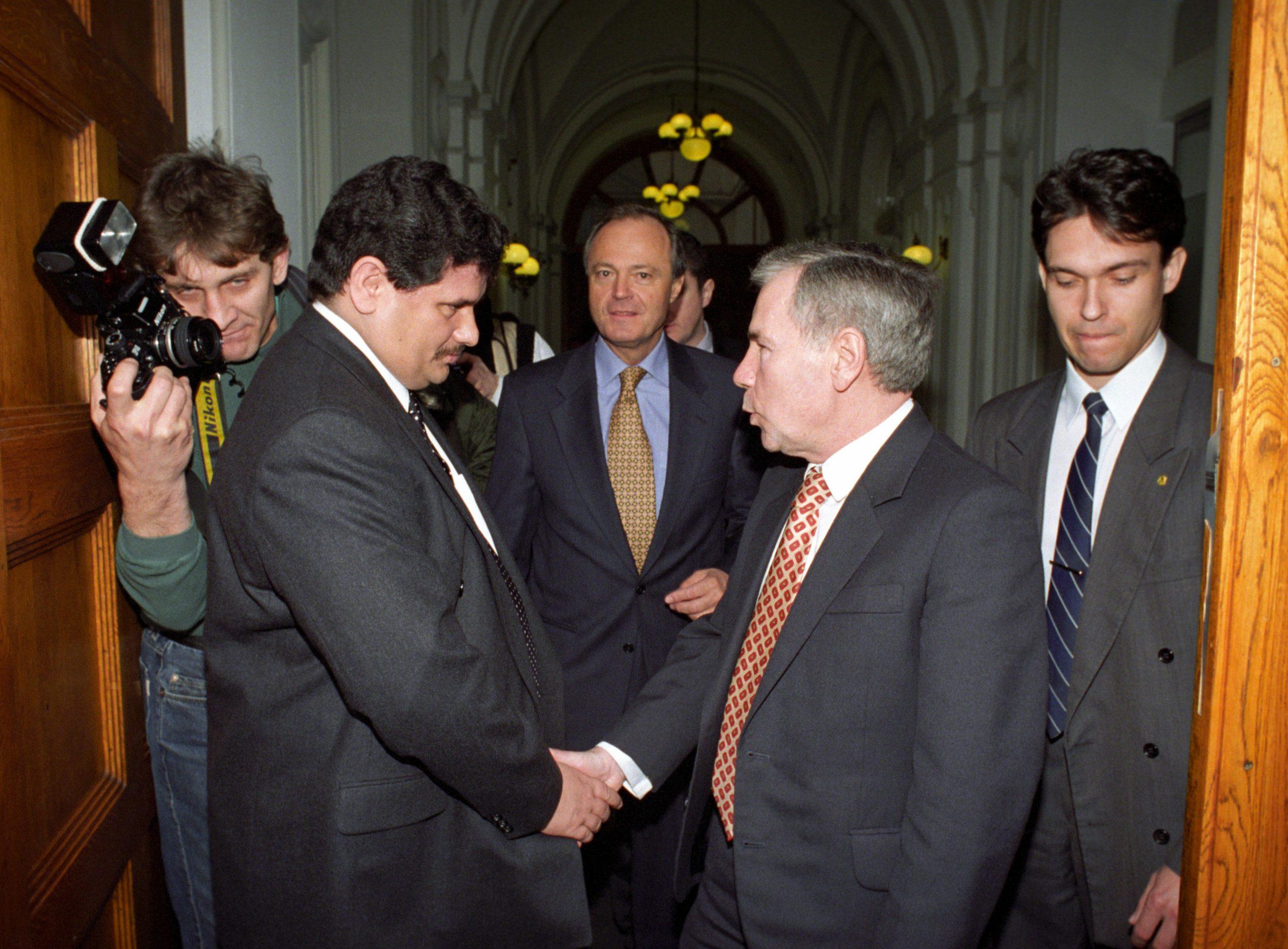 Fantasztikus csapat: Horn Gyula miniszterelnök (j2) kezet fog Princz Gáborral. Középen Medgyessy Péter / Fotó: MTI