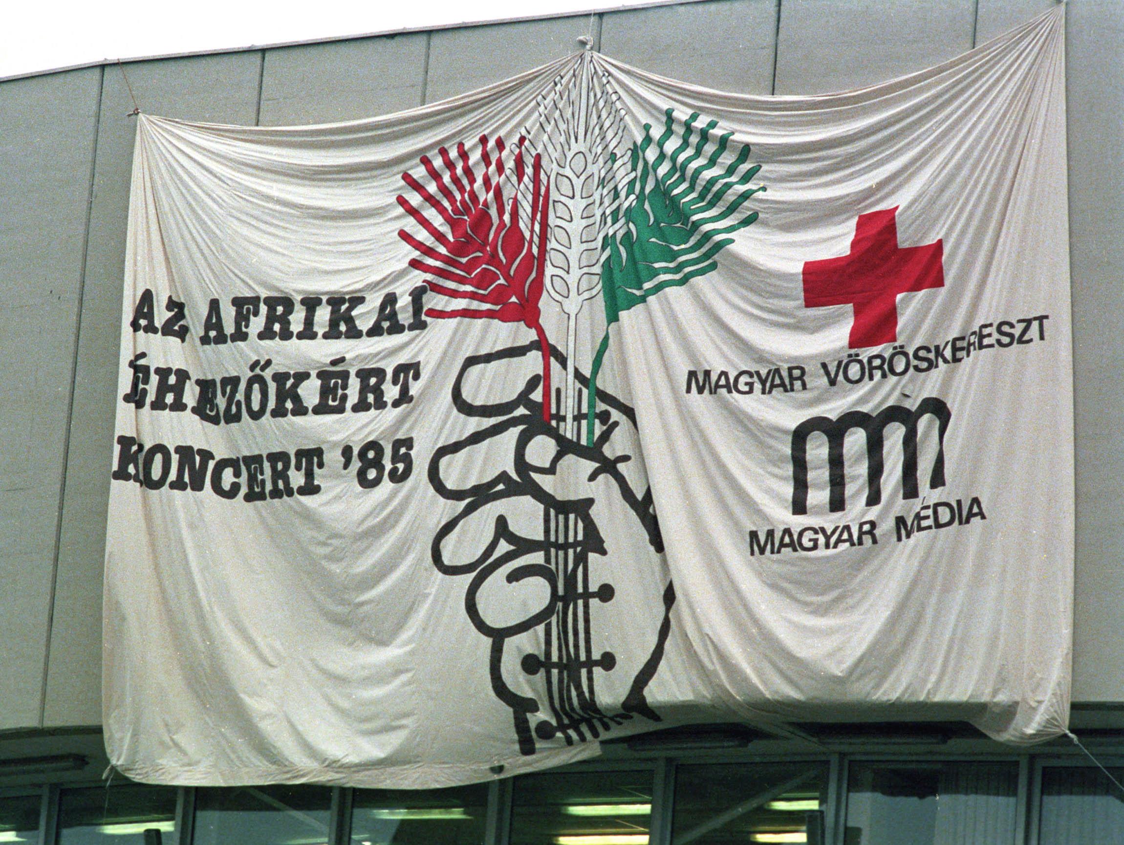 A Budapest Sportcsarnok bejáratánál hatalmas plakát hirdeti azt a jótékony célú rock koncertet, amit a Magyar Vöröskereszt és a Magyar Média szervezésében tartottak / Fotó: MTI