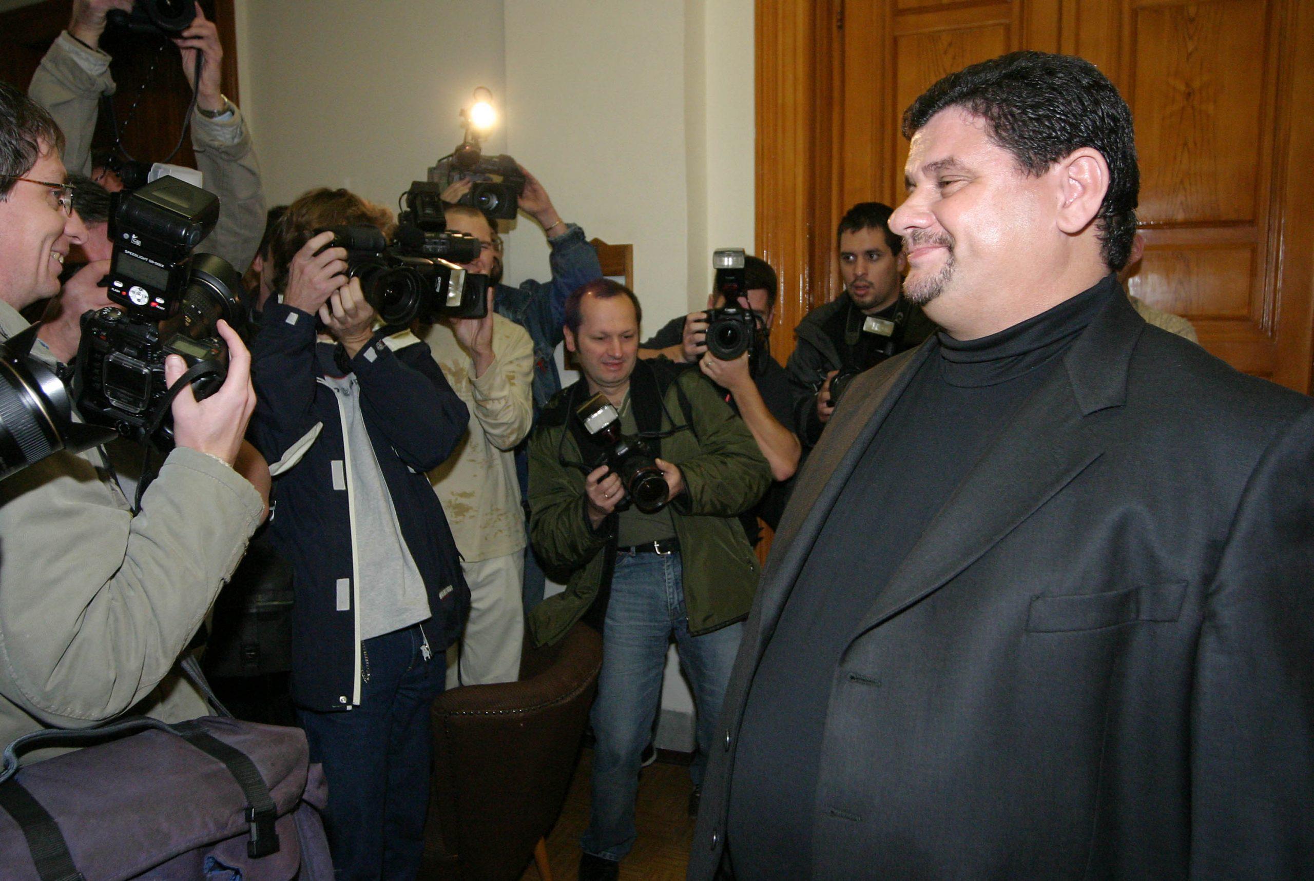 Engem, ti, nem ültettek le! Princz Gábor magabiztosan mosolyog (2004) / Fotó: MTI