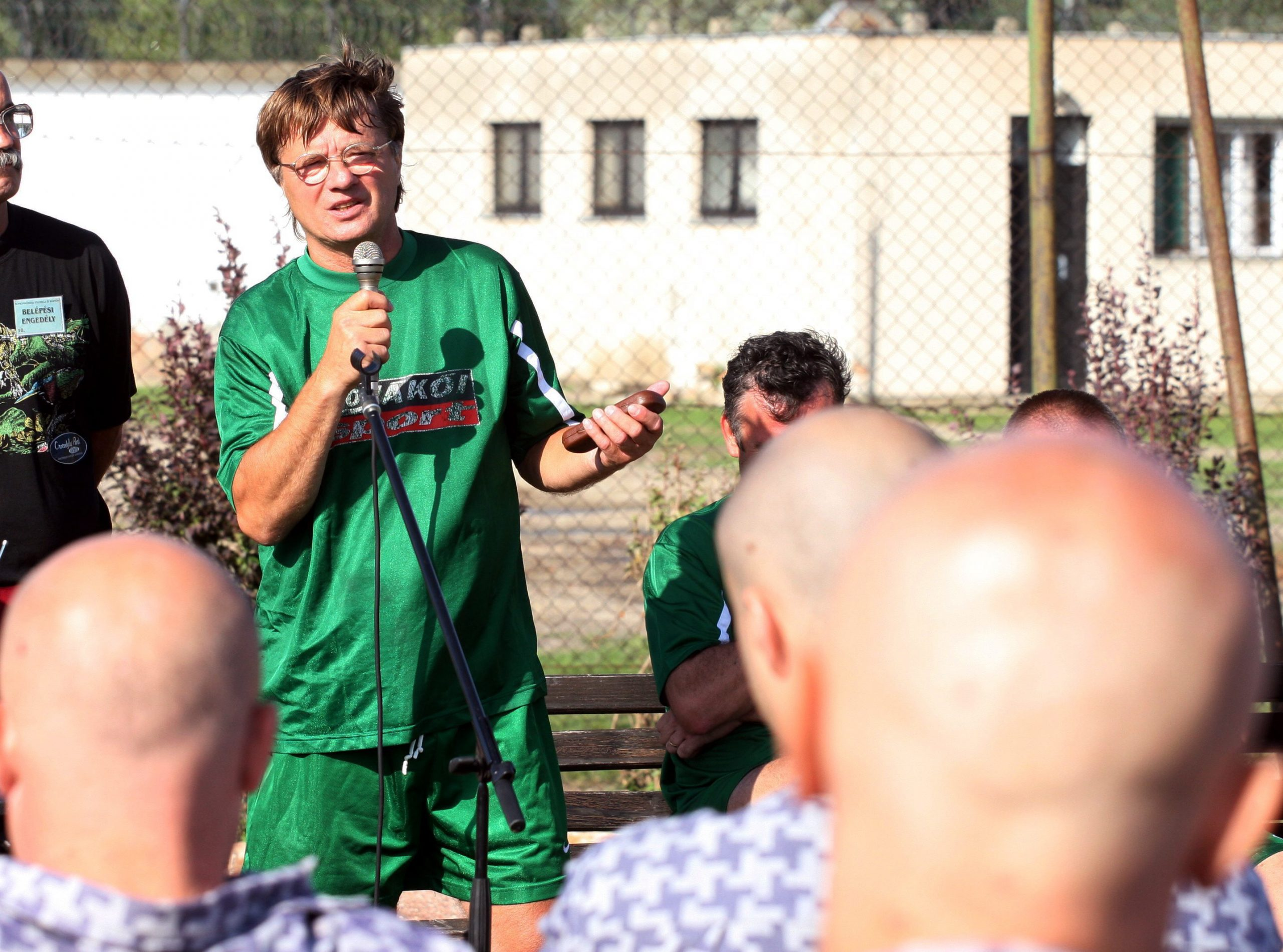 Ezek nem azok a kopaszok. A képen Varga Zoltán beszélget az elítéltekkel egy börtönlátogatáson / Fotó: MTI