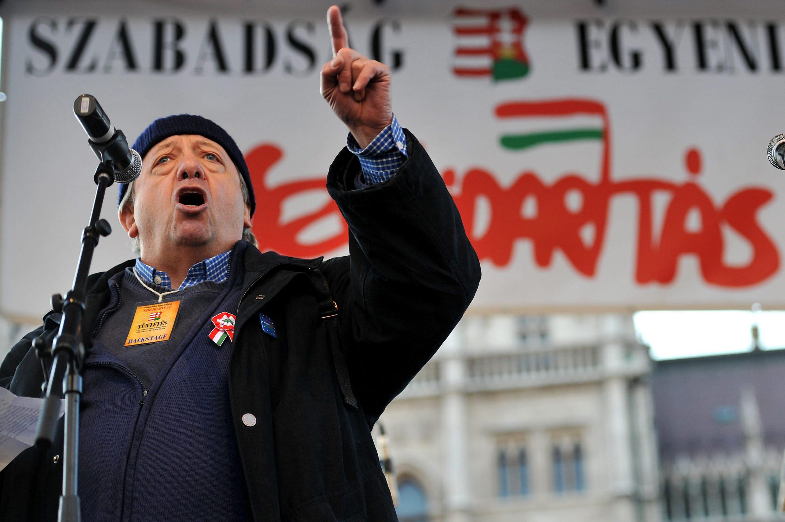 Kornis Mihály író beszél a Magyar Szolidaritás Mozgalom Együtt egy új köztársaságért! címmel megrendezett demonstrációján / Fotó: MTI