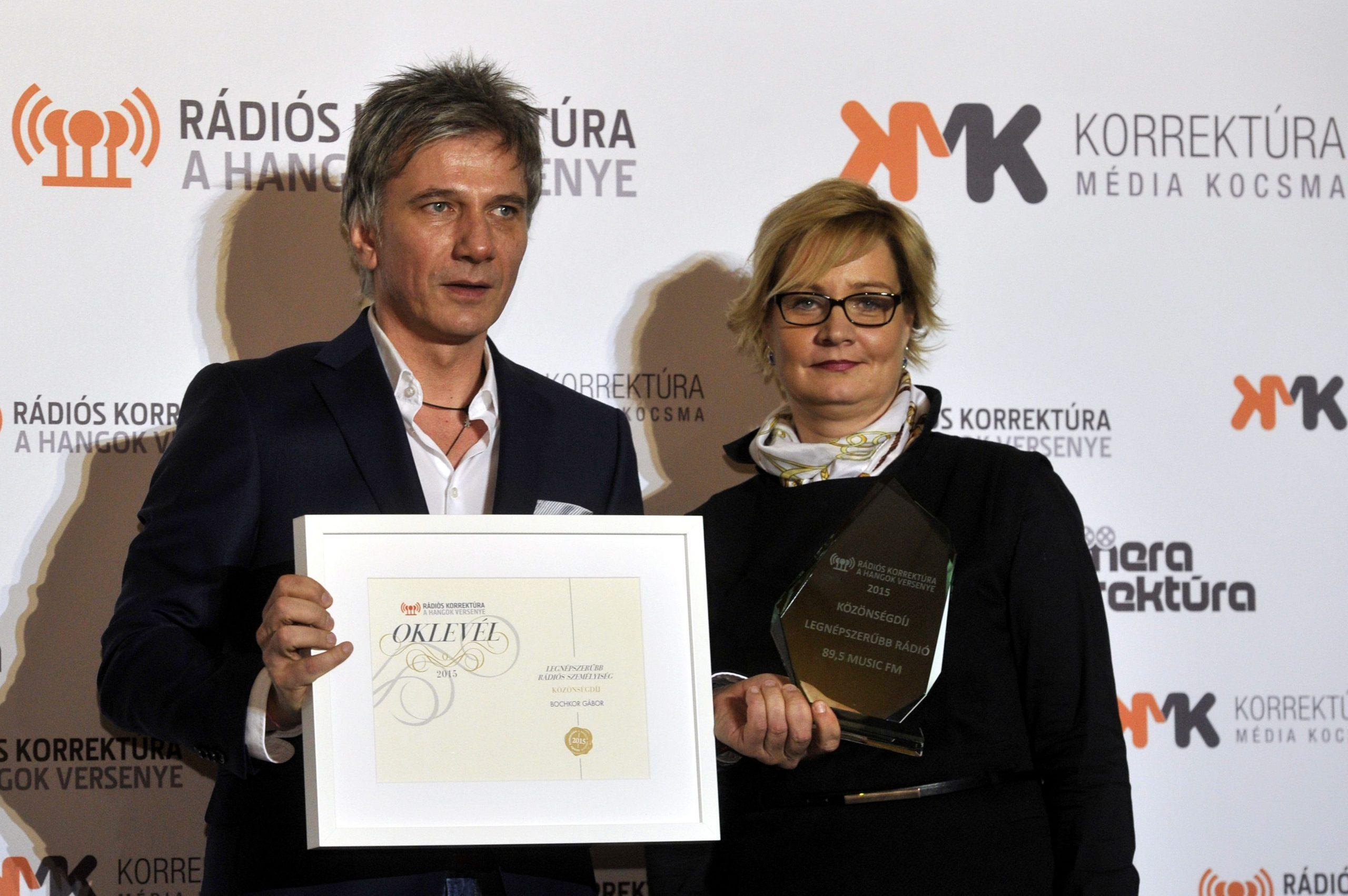 Bochkor Gábor, a Rádiós Korrektúra verseny közönségdíjasa, a legnépszerûbb rádiós személyiség kategória gyõztese és Hódos Edina, a Korrektúra verseny projektigazgatója /Fotó: MTI