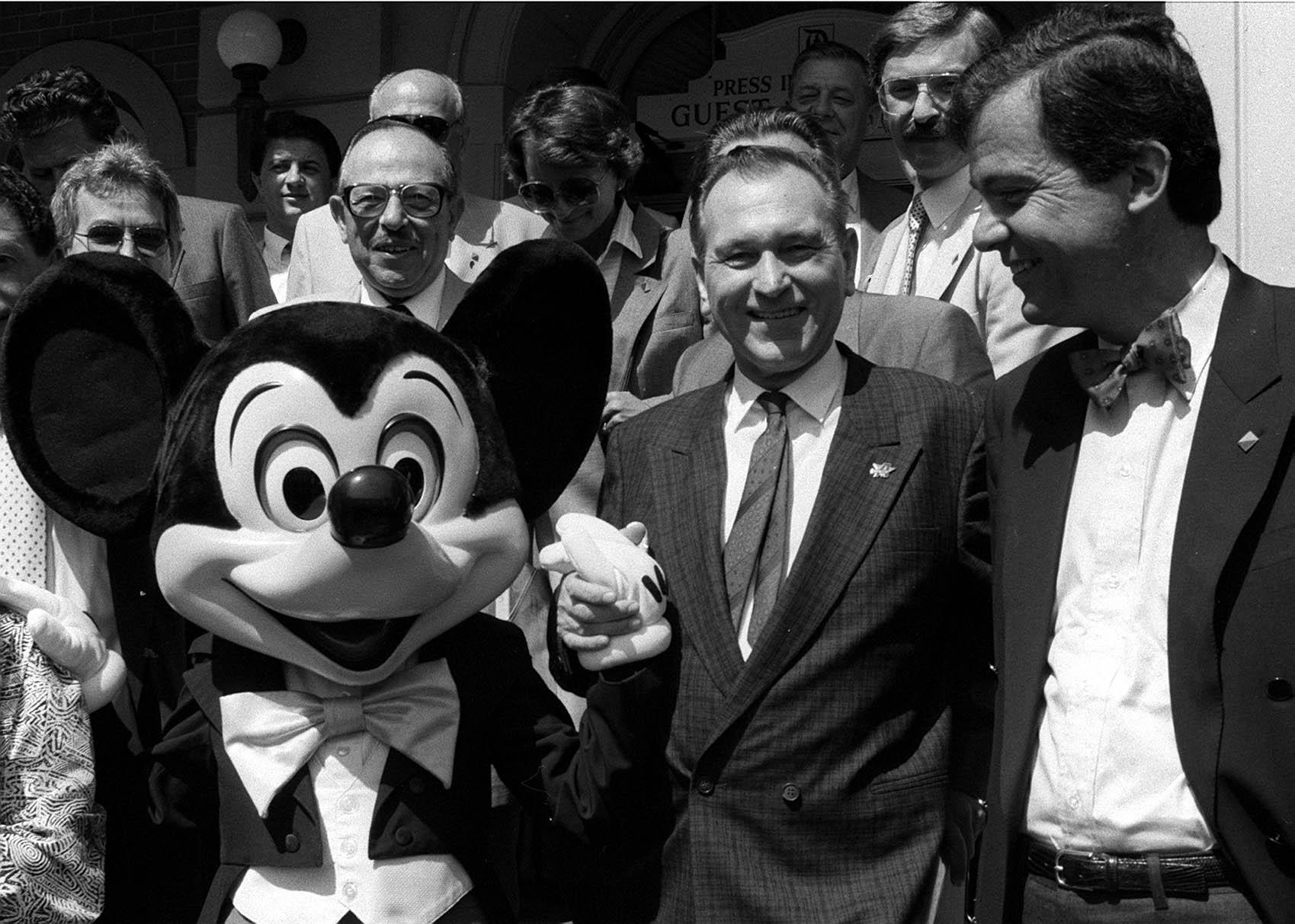 Megegyeztek a háttérben. Grósz Károly és Mark Palmer, az USA budapesti nagykövete Disneyland-ben / Fotó: MTI