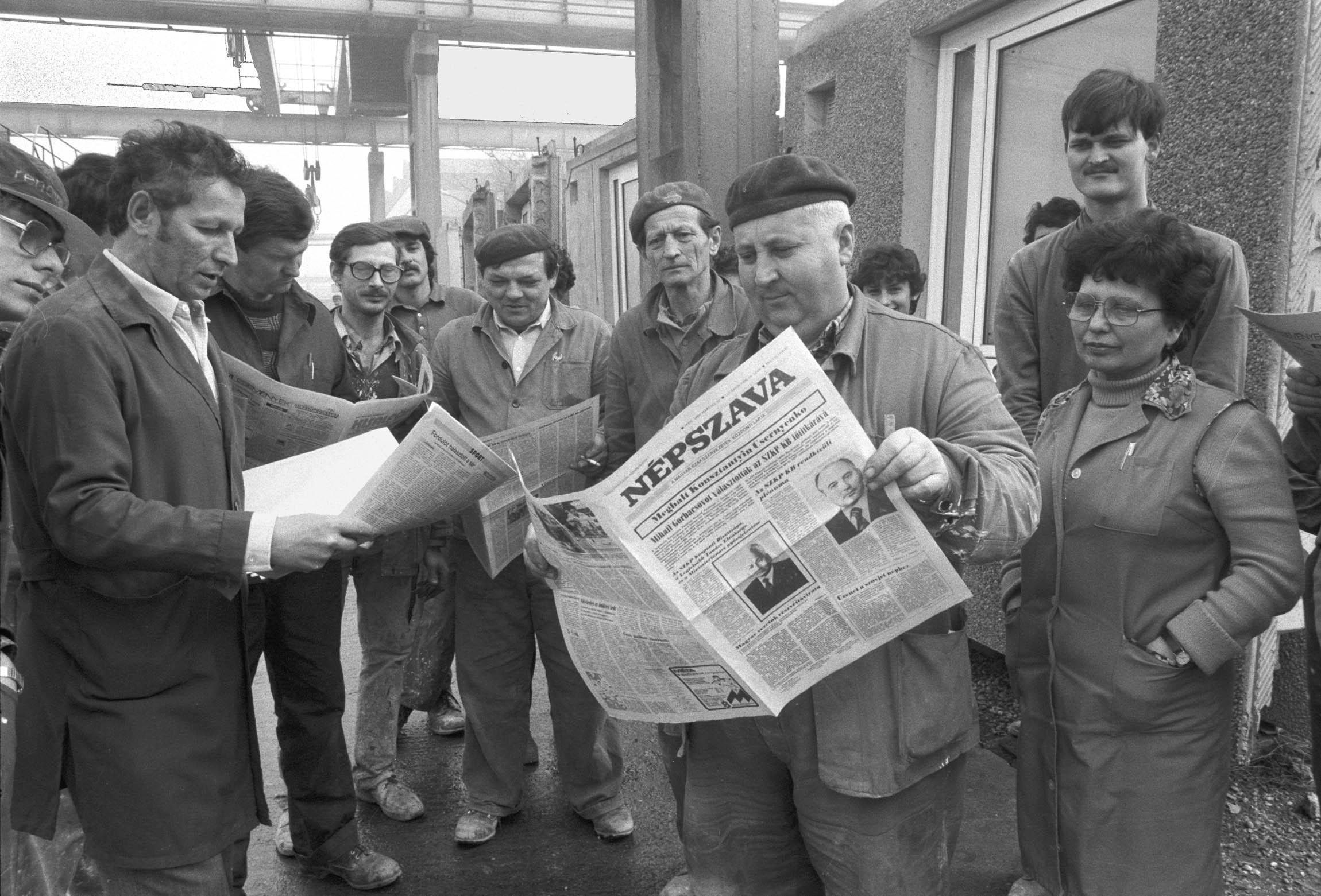 A Gyõr-Sopron megyei Állami Építõipari Vállalat dolgozói röpgyûlésen emlékeztek meg Konsztantyin Usztyinovics Csernyenkóról, a Szovjet Kommunista Párt Központi bizottságának fõtitkáráról, az Elnöki Tanács Elnökségének elnökérõl. A szovjet politikus 1985. március 10-én hunyt el Moszkvában / Fotó: MTI