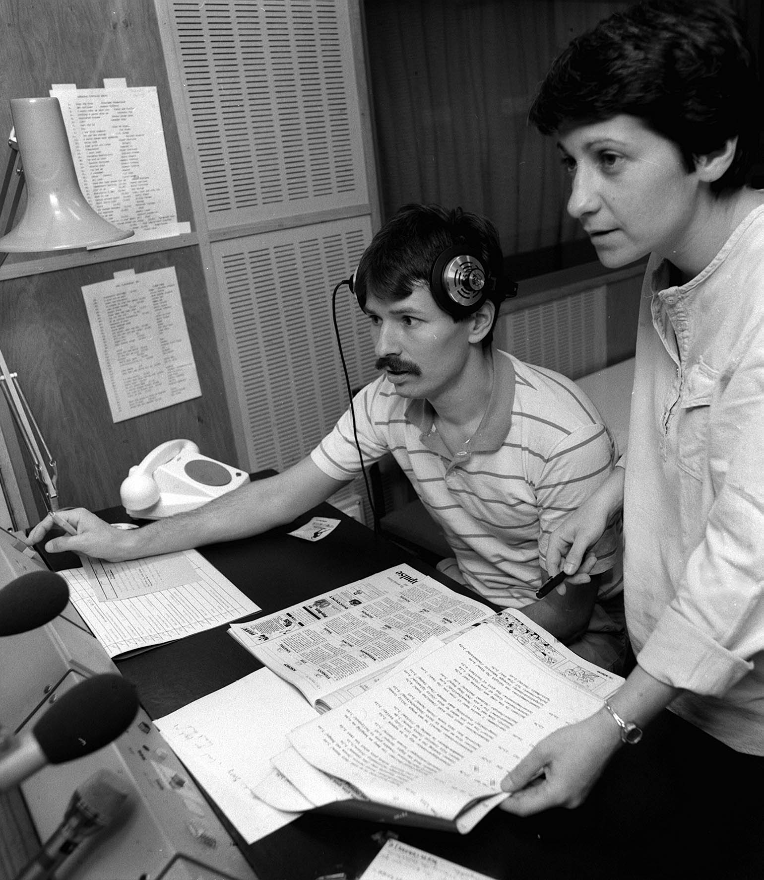Kanyó László bemondó és Kálmán Zsuzsa vezetõ-szerkesztő, a Rádió korábbi KISZ-titkára a stúdióban / Fotó: MTI