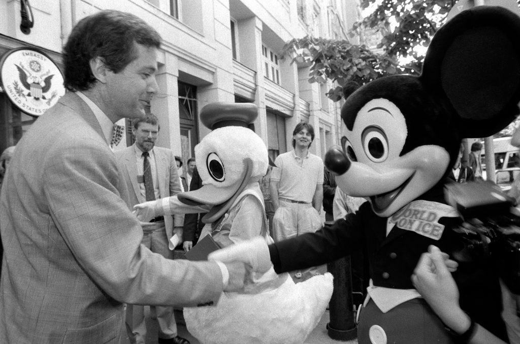 Mark Palmer, az Amerikai Egyesült Államok budapesti nagykövete a Mickey egérrel kedves volt, a rendszerváltásért küzdő népi ellenzékkel már kevésbé. Hamar világossá tette, hogy az SZDSZ - és azon keresztül a posztkommunisták - oldalán áll. Fotó: MTI/Földi Imre