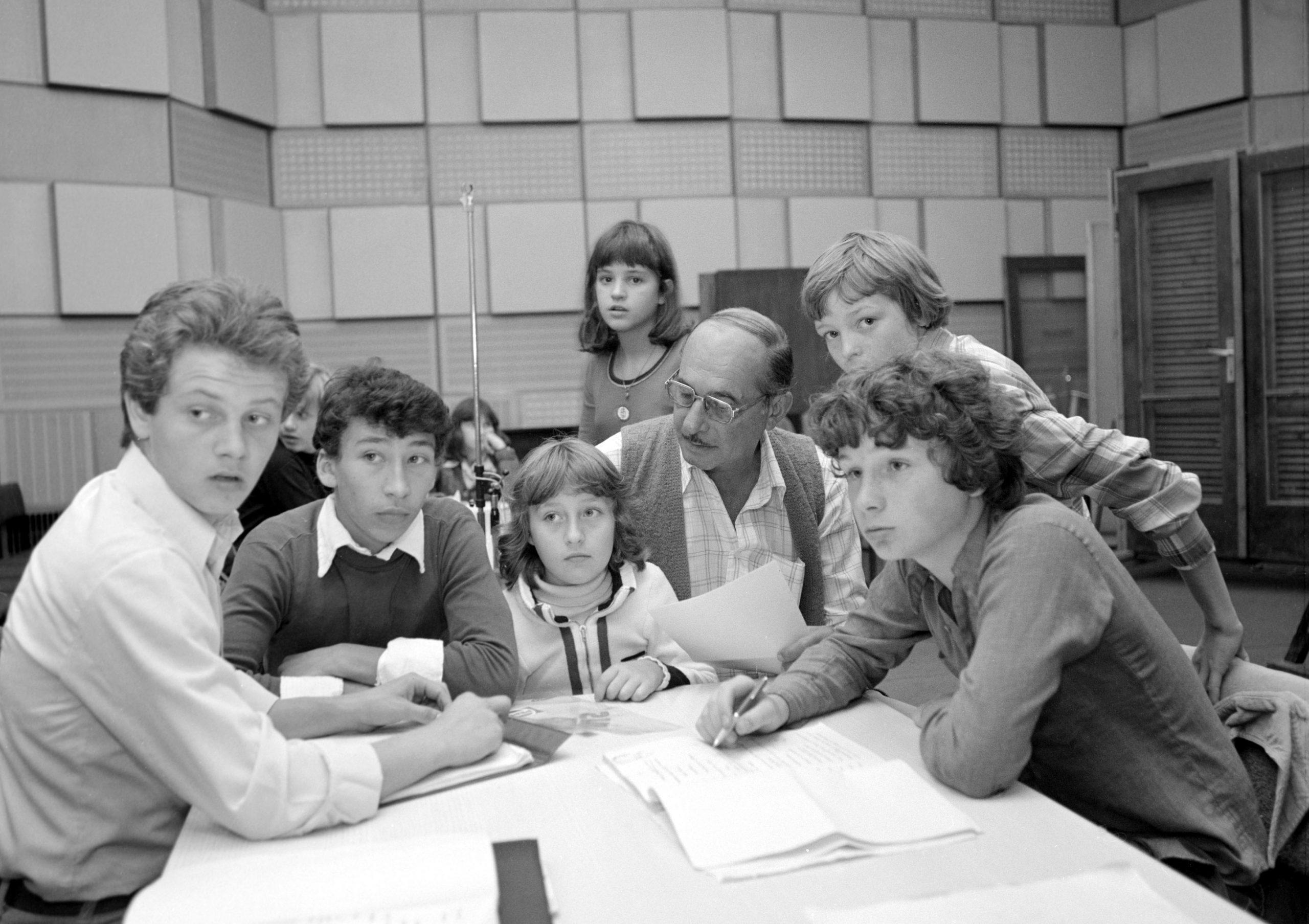 Mándy Iván: Csutak eltűnik... címû rádiójátékának szereplői, középen Velenczey István színművész, jobbról a fiatal Geszti Péter, 1979 / Fotó: MTI
