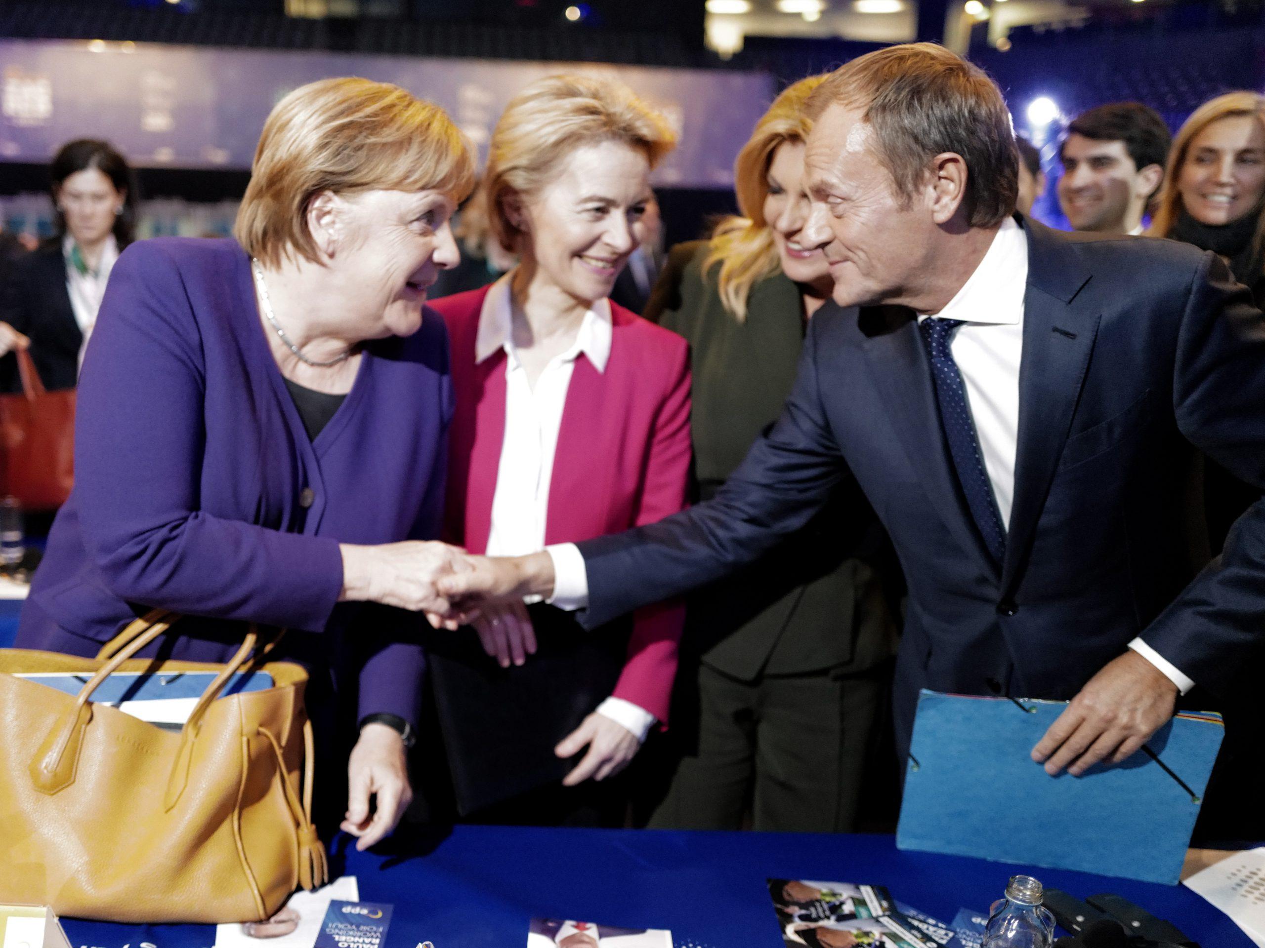 Angela Merkel német kancellár (b) gratulál Donald Tusknak, az Európai Tanács leköszönõ elnökének (j), miután megválasztották az Európai Néppárt új elnökének. A háttérben von Leyen / Fotó: MTI/EPA