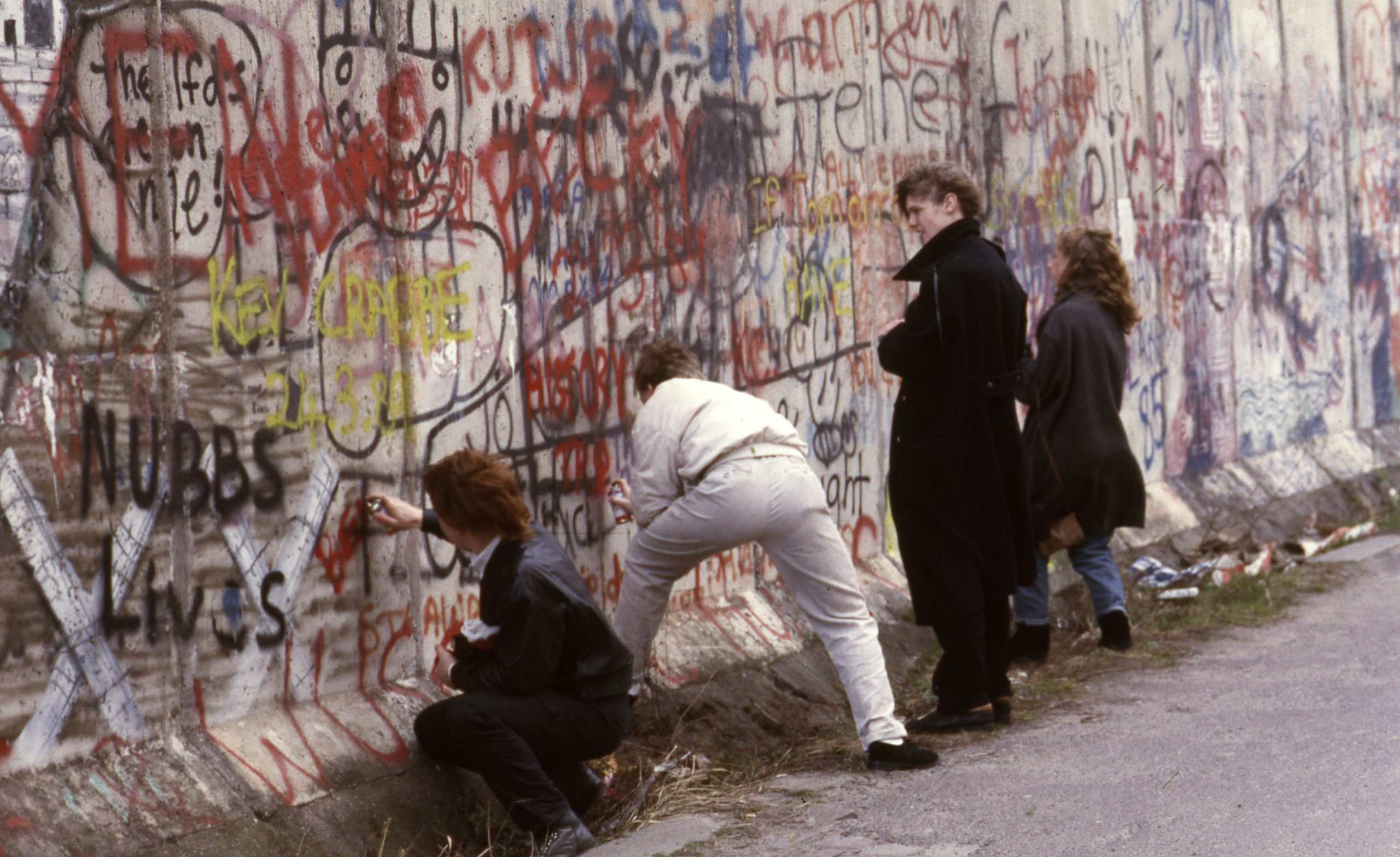 A berlini fal, Nyugat-Berlinből. Aki lefotózhatta 1988-ban: Urbán Tamás fényképész, aki minden titkos témához odafért valahogy. Valahogy /Forrás: Fortepan.hu/Adományozó: Urbán Tamás