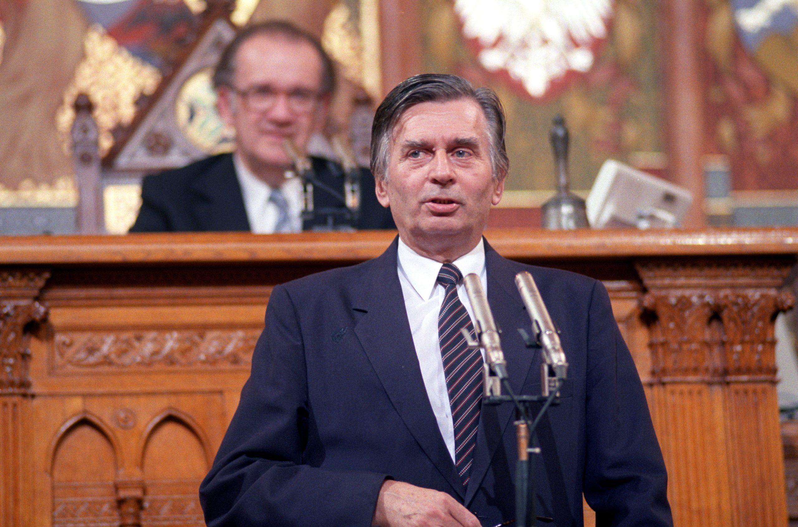 Antall József miniszterelnök leteszi az esküt Parlamentben. Háttérben Szabad György, az Országgyûlés elnöke / Fotó: MTI