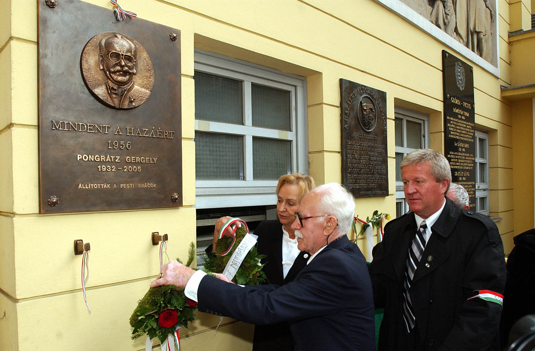 Pongrátz Ödön megkoszorúzza testvére emléktábláját / Fotó: MTI