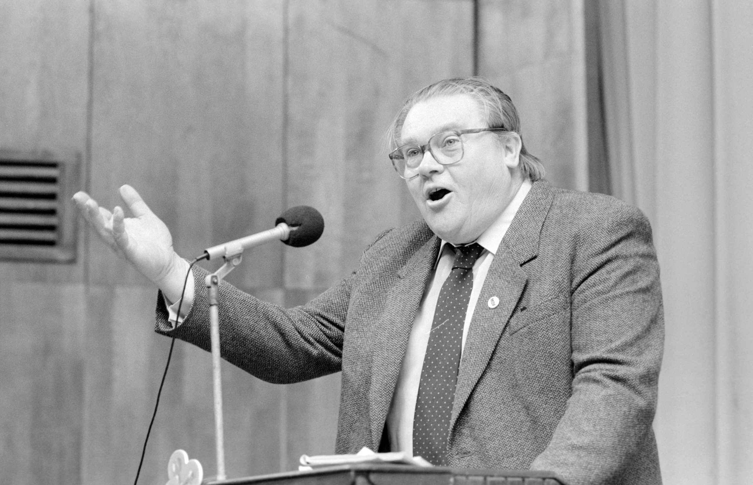 Csurka István, a párt egyik alapító tagja beszél a Magyar Demokrata Fórum (MDF) választási nagygyûlésén a békéscsabai Ifjúsági Házban.<br /> MTI Fotó: Németh György