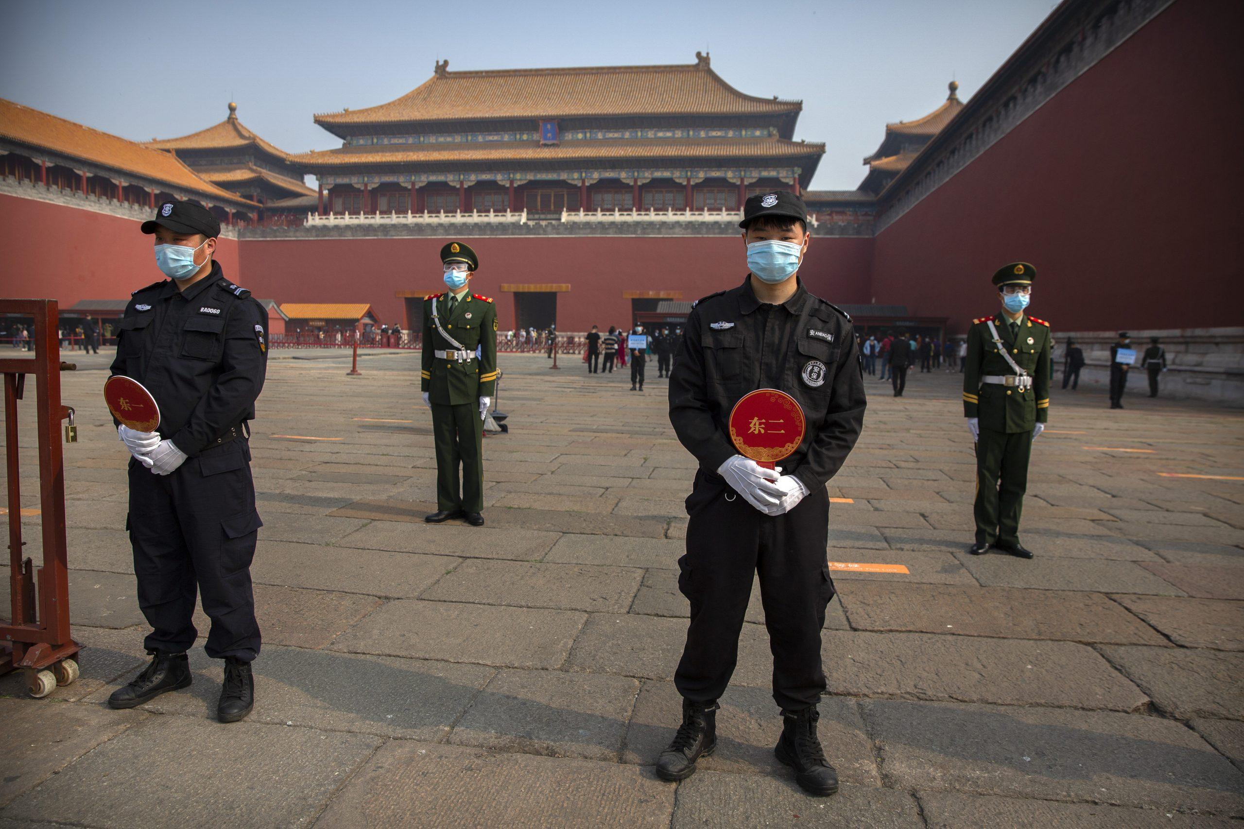 Védőmaszkos rendõrök és biztonsági őrök a pekingi Tiltott Városban 2020. május 1-jén. A koronavírus-járvány miatt három hónapig zárva tartó történelmi város / Fotó: MTI/AP