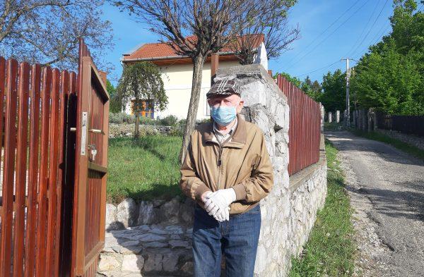 A 92 esztendős Szabó Gyuri bácsi még kerüli a közösséget. Fotó: Juhári Andrea- PS