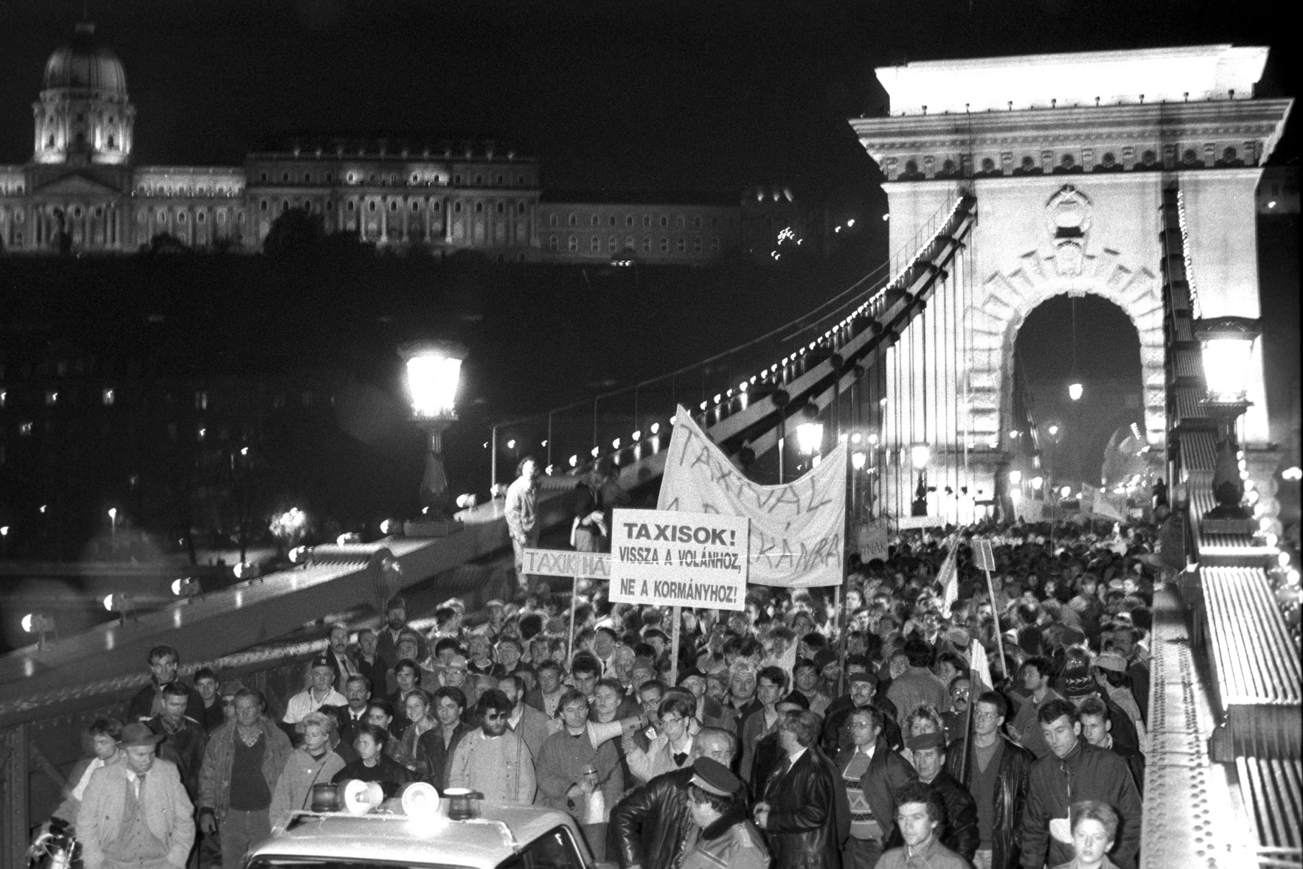 Budapest, 1990. október 28. Az ország életét megbénító taxisblokád ellen tüntetők menete a Lánchídon 1990. október 28-án / MTI Fotó: Mónos Gábor