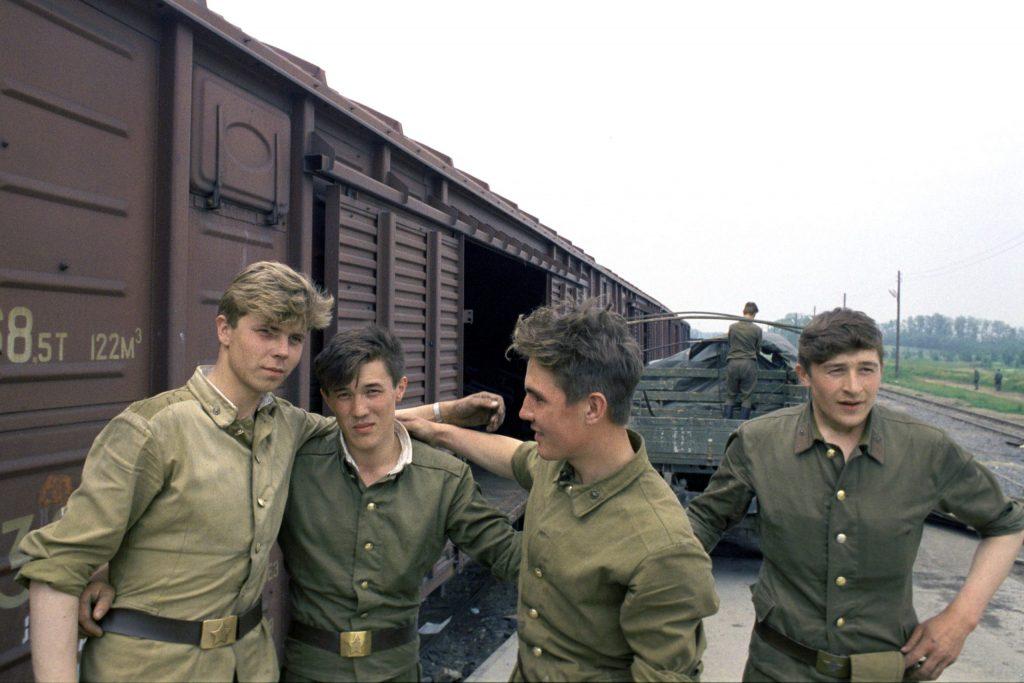 Nyertek vagy veszítettek? A Nyíregyházától 65 km-re fekvõ Mándokon pakolnak a rendszerváltásig itt állomásozó szovjet hadsereg alakulatának katonái / Fotó: MTI