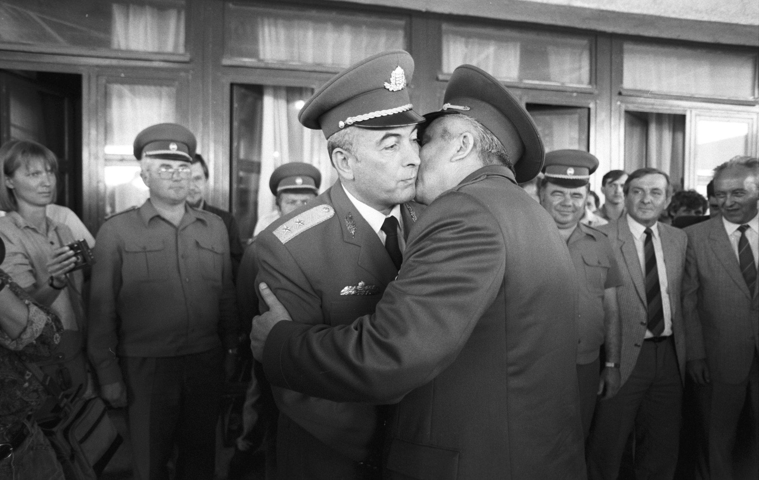 Annus Antal altábornagy, a Honvédelmi Minisztérium államtitkára (b) ünnepélyes keretek között búcsút vesz Viktor Silov (j) altábornagytól / Fotó: MTI