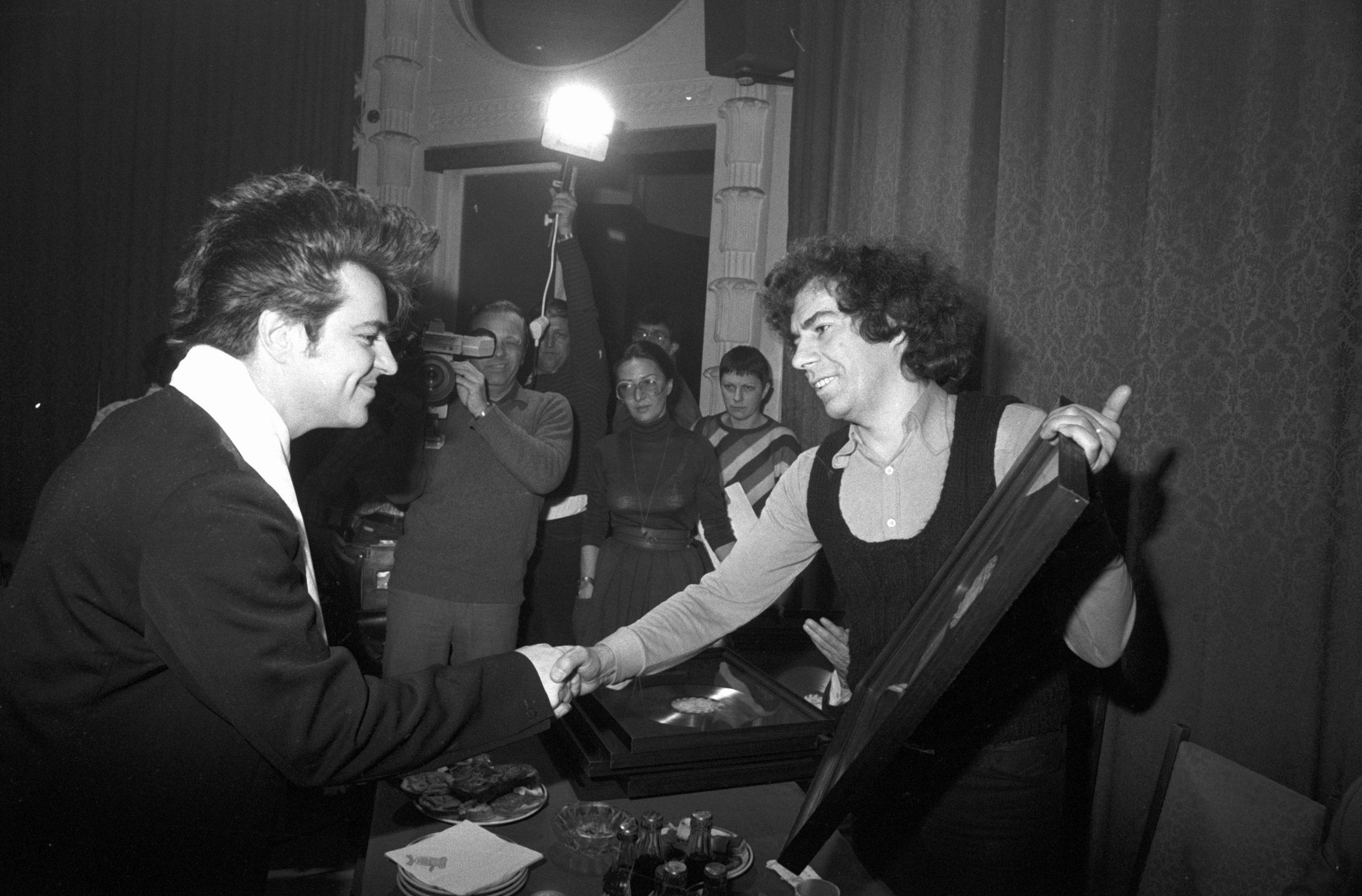 Wilpert Imre (j), a Favorit Hanglemez Stúdió fõszerkesztõje átnyújtja a platina-lemezt a Dolly Roll tagjainak / Fotó: MTI