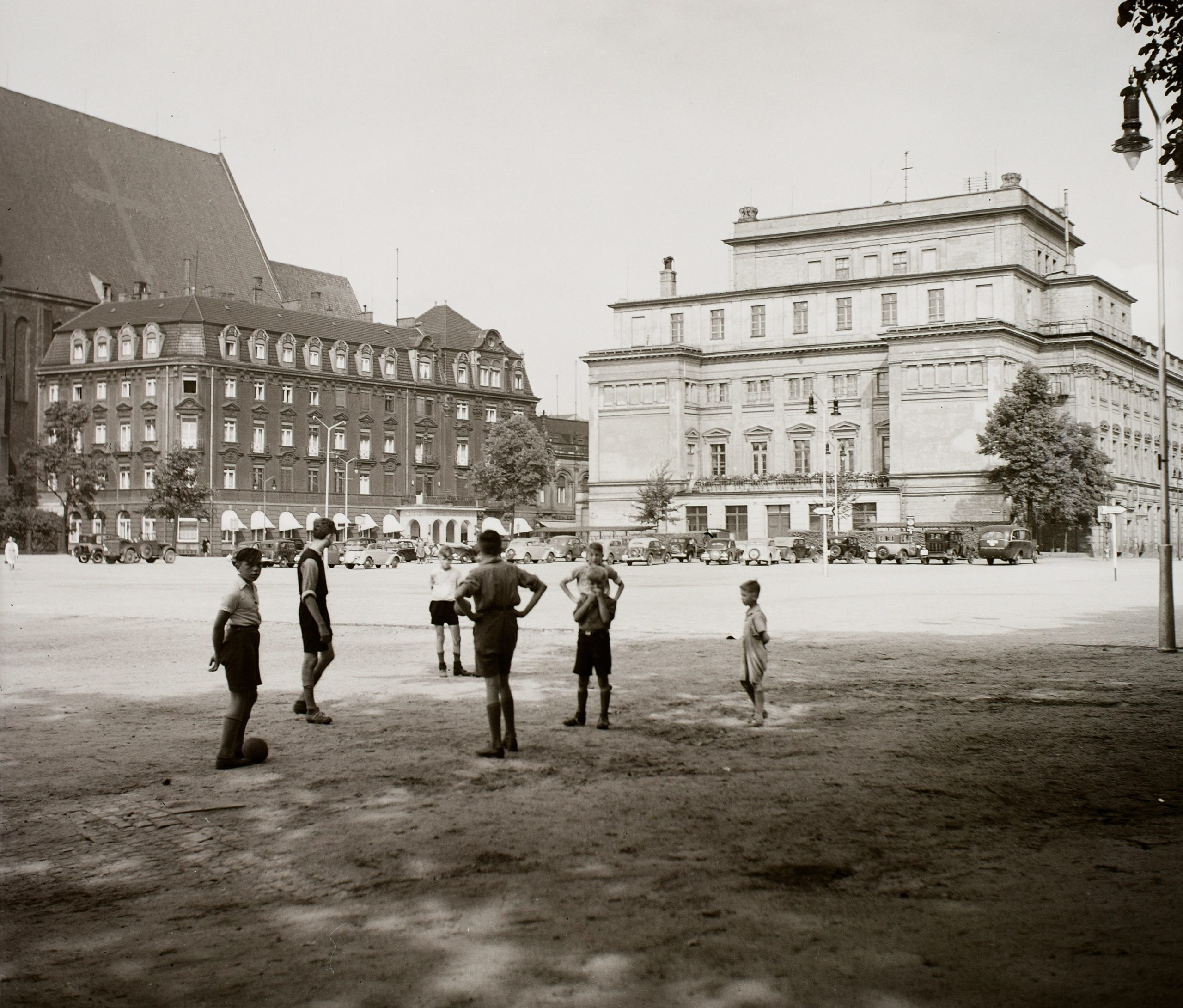 1936. Lengyelország,Wroclaw az Operaház, balra a Hotel Monopol. KULCSSZÓ:életkép/Art Nouveau/Carl Ferdinand Langhans-terv/Carl Johann Lüdecke-terv/Karl Grosser-terv/Karl Schmidt-terv/gyerekek/labdarúgás/neobarokk stílus/opera/szálloda/templom/utcakép LISTÁHOZ LETÖLTÉS FULL SCREEN ADOMÁNYOZÓ:LŐRINCZE JUDIT KÉPSZÁM: 44263 TALÁLAT: 1 / 4