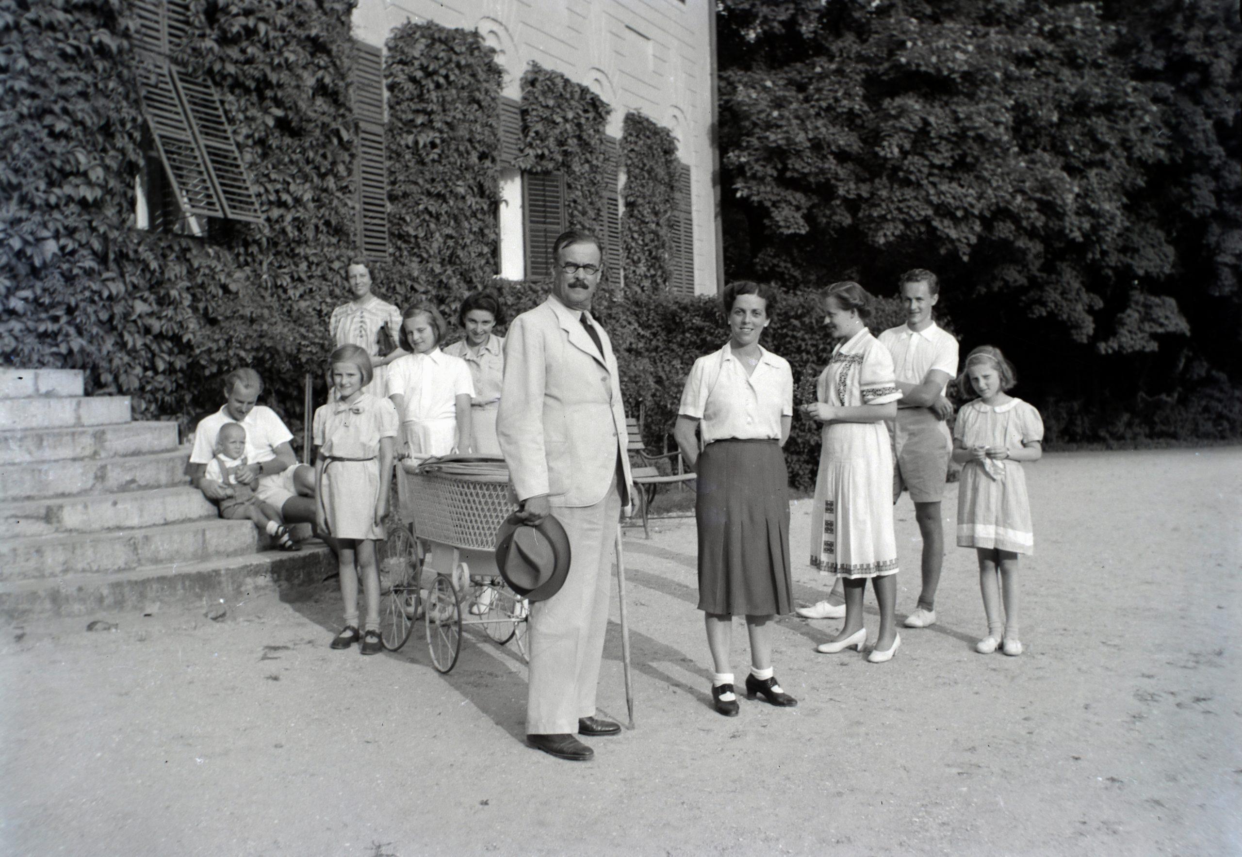 A kép illusztráció. 1941. Magyarország, Bóly (Németbóly), Batthyány-Montenuovo kastély. Elől id. Manninger Gusztáv Adolf mezőgazdász a Montenuovo-birtokok jószágkormányzója. Tőle balra Montenuovo Nándor herceg és Solymosi Ilona bárónő gyermekei: Júlia, Mária és Franziska Montenuovo hercegnők.