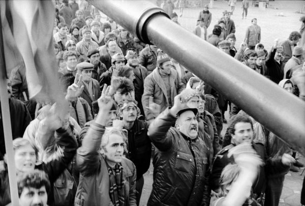 Tüntetõ tömeg a temesvári Opera téren december 25-én. A forradalom megdöntötte a hírhedt diktátor, Nicolae Ceausescu hatalmát. /MTI Fotó: Horváth Ernõ