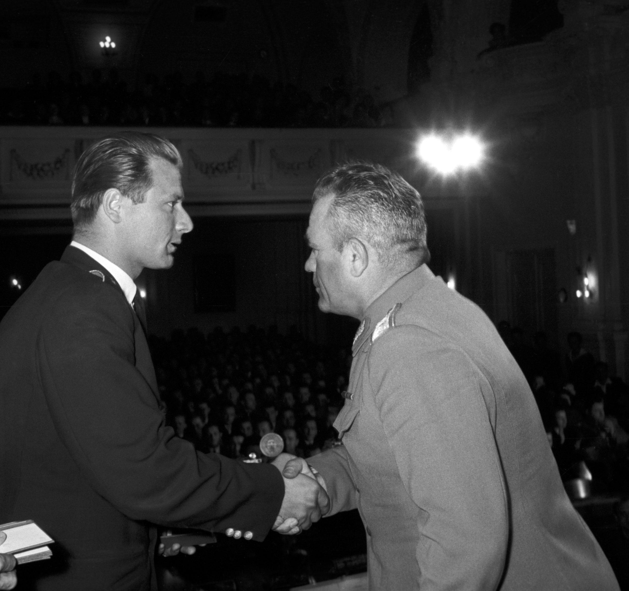 Gyurkó Lajos vezérõrnagy (j) átadja a Ságvári Endre emlékérmet 1957-ben / Fotó: MTI