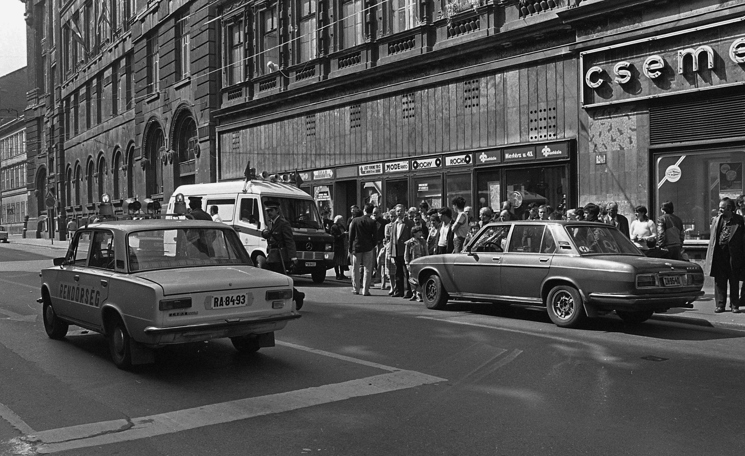 1988, nyugati és keleti autók / Fotó: Fortepan.hu, ad.: Urbán Tamás