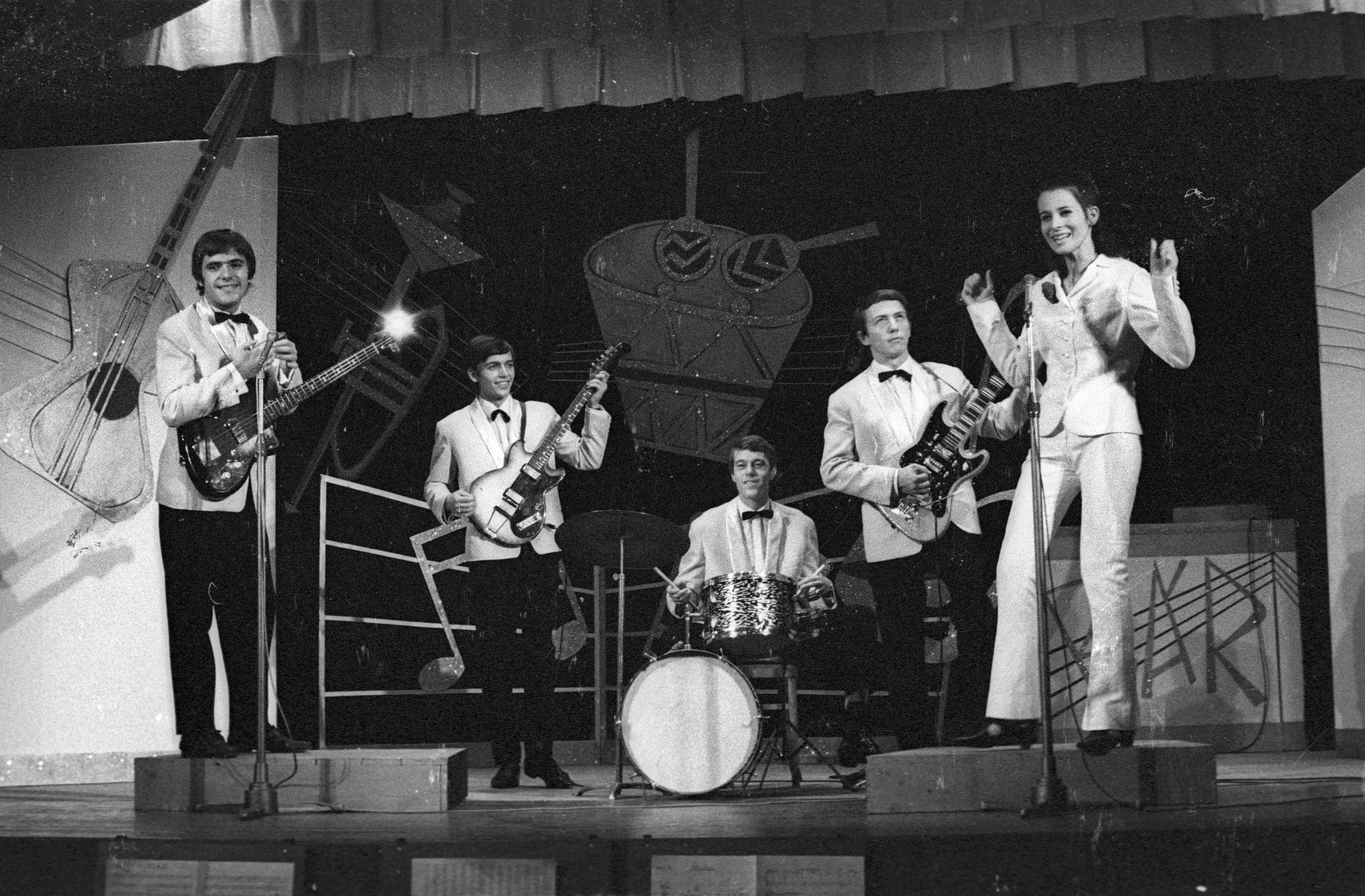 1965. A Pesti álmok című előadásban a Metró együttes és Koncz Zsuzsa / Fotó: Fortepan.hu, ad: Hunyady József