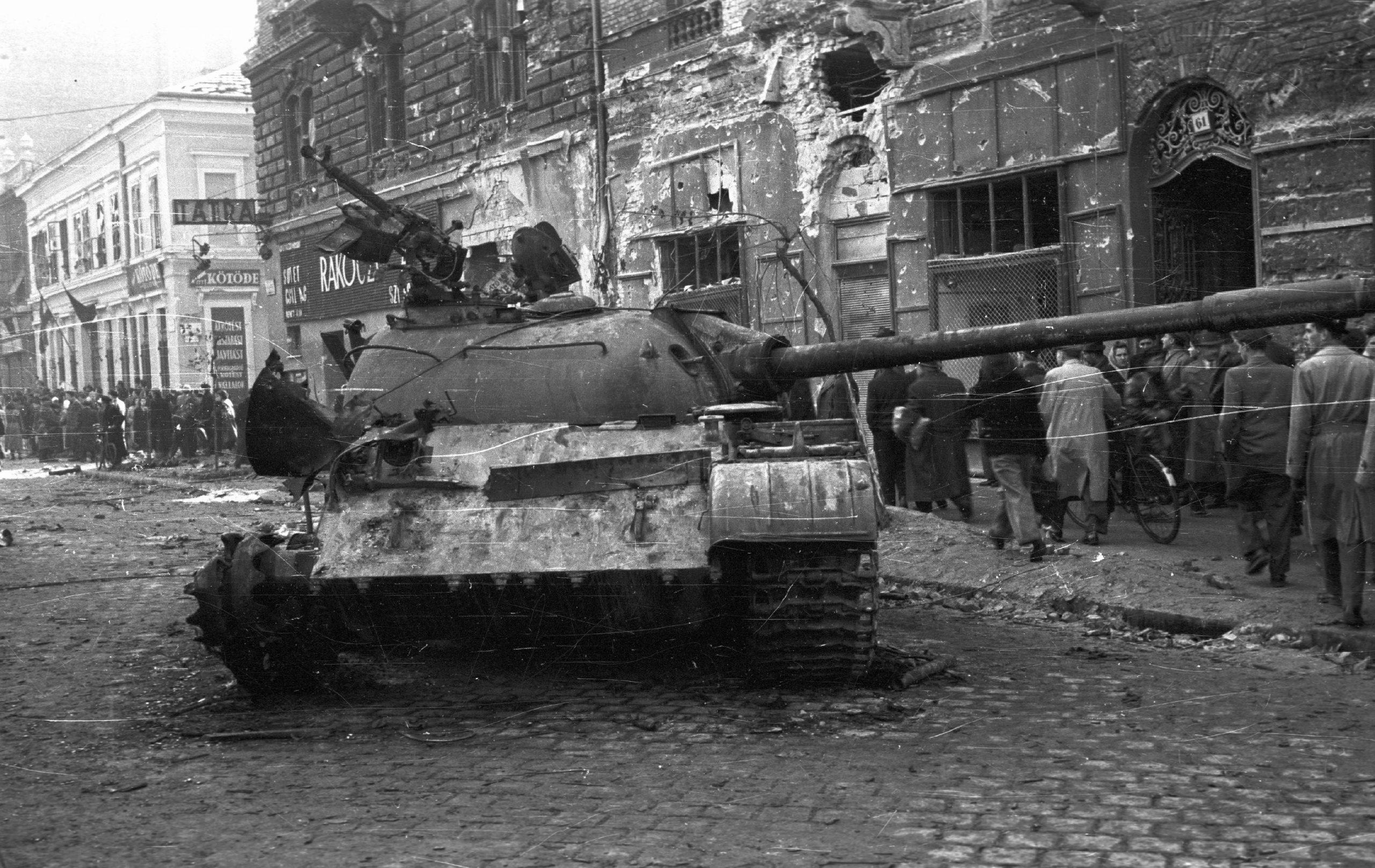 1956. Szovjet tank Budapesten. / Fotó: Fortepan.hu, ad.: Nagy Gyula