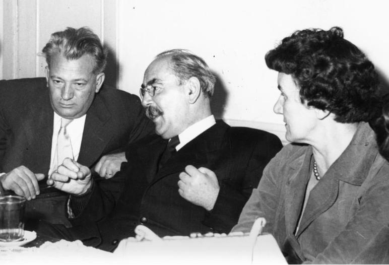 Kommunisták egymás közt: Darvas József, Nagy Imre és Rajk Lászlóné / Forrás: Fortepan.hu