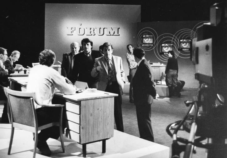 Itt még együtt: 1979. Az MTV külpolitika fórum adása előtt, szemben állnak: Dr. Pálfy József, Chrudinák Alajos és Sugár András, hátrébb Heltai András újságírók / Fotó: Fortepan.hu