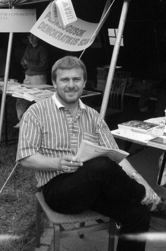 1990, május 1-i majális, a Pedagógusok Demokratikus Szervezetének sátránál Nagy Bandó András humorista / Fotó: Fortepan.hu