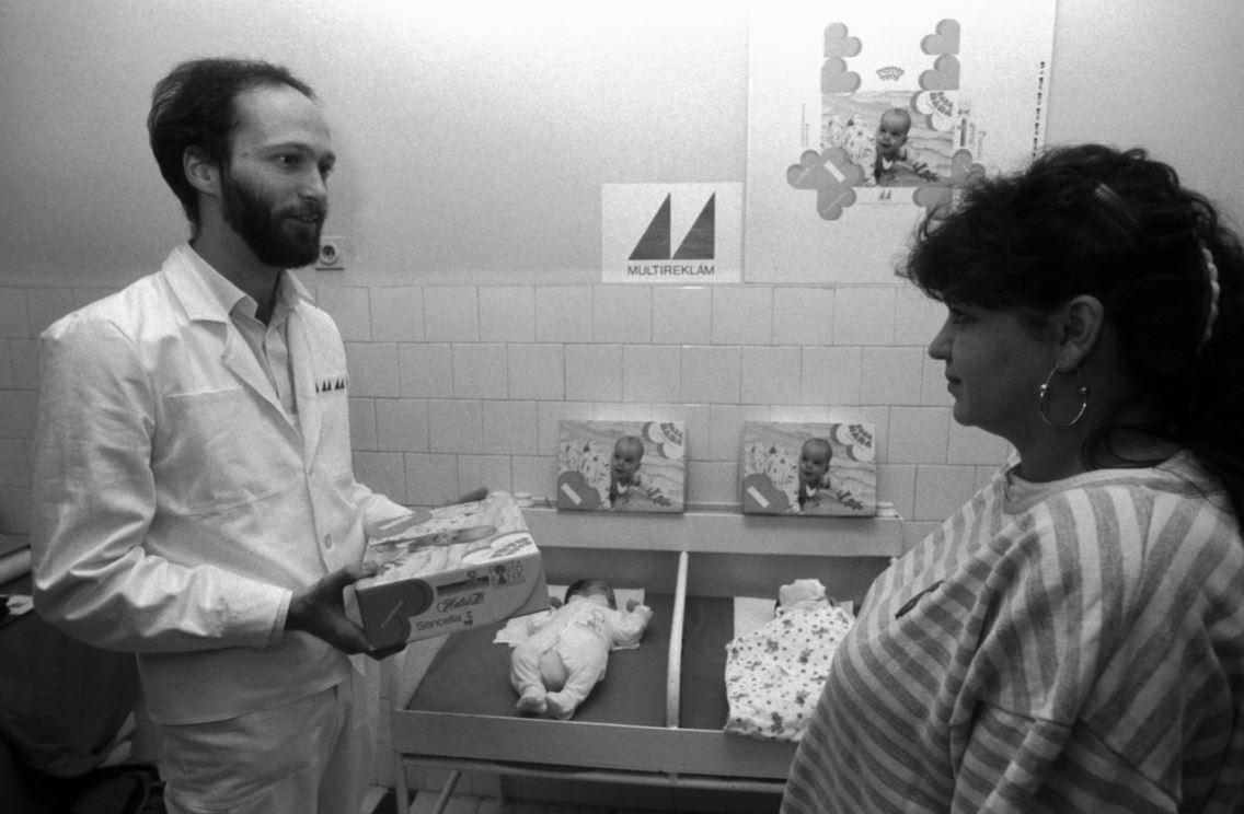 Sarlós Gábor 1989-ben, már mint a Multireklám Kisszövetekezet elnök-helyettese jótékonykodik / Fotó: MTI