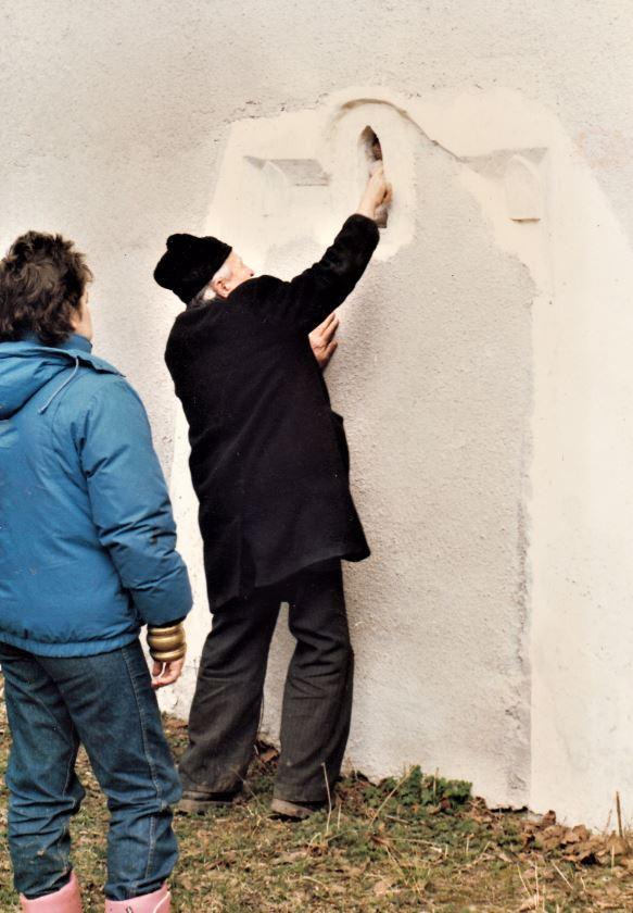 Pünkösti Miklós tiszteletes mutatja a középkori kőelemek befalazott darabjait