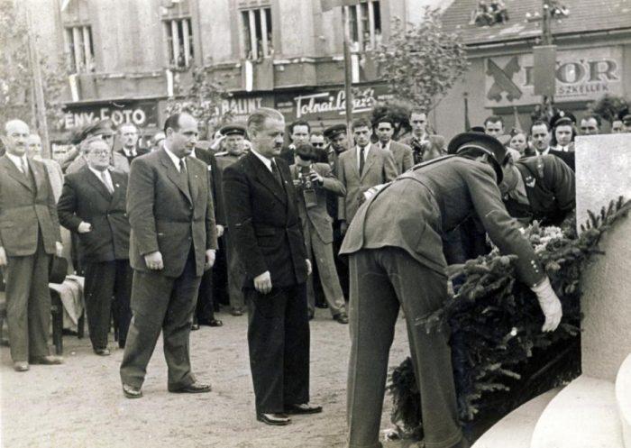 Tildy Zoltán köztársasági elnök (középen) koszorúzáson vesz részt 1947-ben. Forrás: Fortepan.hu
