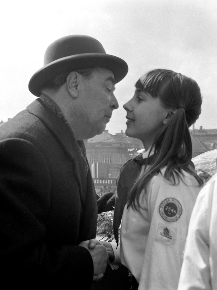 Juj. Leonyid Iljics Brezsnyevet, a Szovjetunió Kommunista Pártja Központi Bizottságának főtitkárát egy úttörőlány üdvözli a dísztribünön, a budapesti április 4-i díszszemlén. MTI Fotó: Vigovszki Ferenc