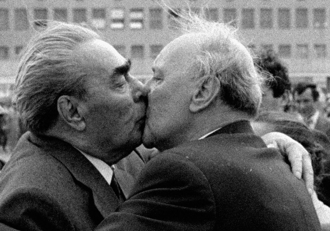 Fáj minden csók. Kádár János búcsúzik a Ferihegyi repülőtéren Leonyid Iljics Brezsnyevtől / Fotó: MTI