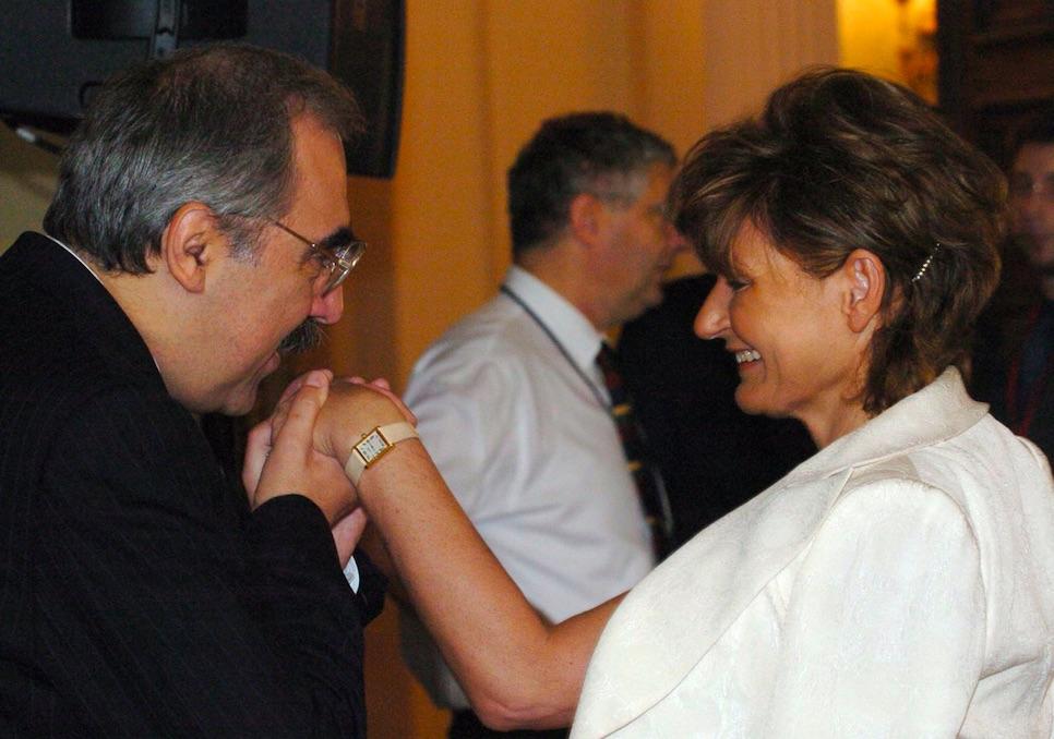 Bokros Lajos Hardy Ilona kezét csókolja / Fotó: MTI
