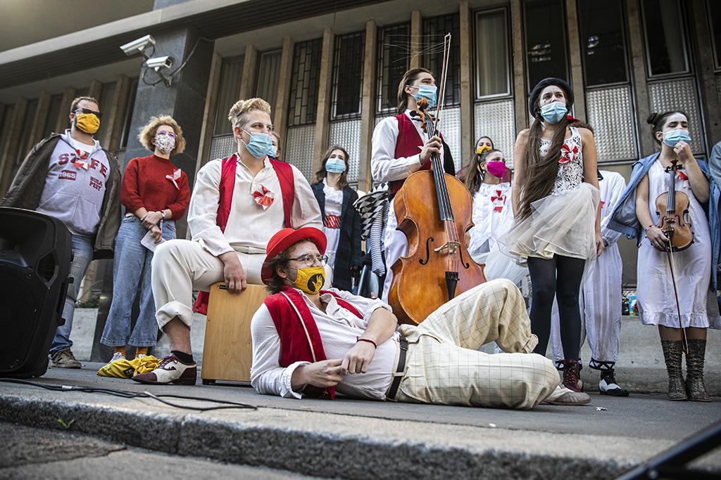 A Színház- és Filmművészeti Egyetem (SZFE) hallgatóinak tiltakozó megmozdulása az Innovációs és Technológiai Minisztérium Fő utcai épülete előtt. Fotó: PS - Horváth Péter Gyula