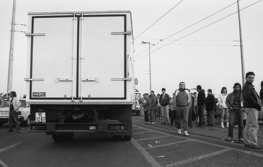 Havas körbenéz. A kép a Taxisblokád alatt készült / Fotó: Fortepan.hu