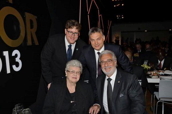 Szöllősi György Orbán Viktor, Puskás Ferencné és Placido Domingo társaságában. Fotó: FIFA