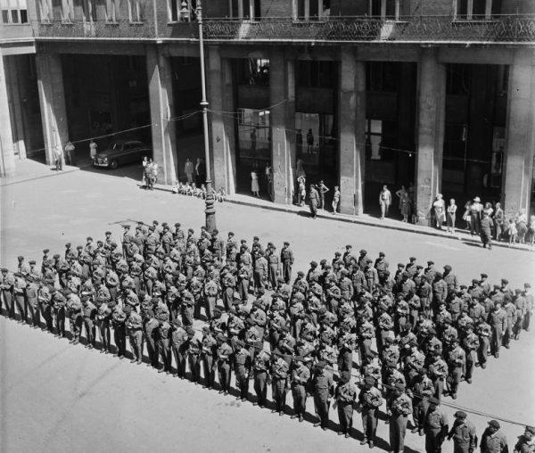 A VII. kerületi Munkásőrség zászlóbontó-ünnepsége a Madách téren, 1957 nyarán. Forrás: Fortepan