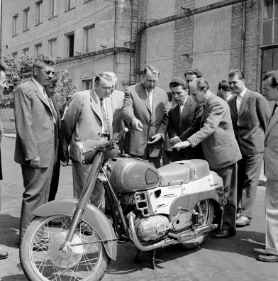 Horn Gyula (a kép közepén, sötét zakóban) hamar elnyerte jutalmát pufajkás szerepvállalásáért. 1960-ban már, mint a Külügyminisztérium tisztviselője tetszeleg, a Pannónia motorkerékpár elvtársi bemutatóján. Forrás: MTI