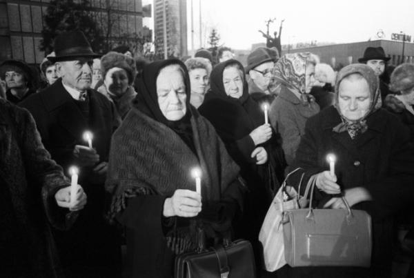 Egykori özvegyek és hozzátartozók gyertyákkal emlékeznek agyonlőtt szeretteikre a salgótarjáni sortűz helyén, 1989. december 8-án, napra pontosan 33 évvel(!) a pufajkások tömeggyilkossága után. Ekkor lehetett először nyilvános megemlékezést szervezni. Forrás: MTI