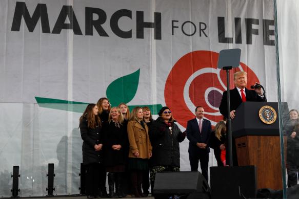 """Hivatalban lévő amerikai elnökként Donald Trump volt az első, aki részt vett a """"Menet az Életért"""" elnevezésű családbarát- és abortuszellenes rendezvényen. Fotó: MTI/EPA/Acaba/Pool/Yuri Gripas"""